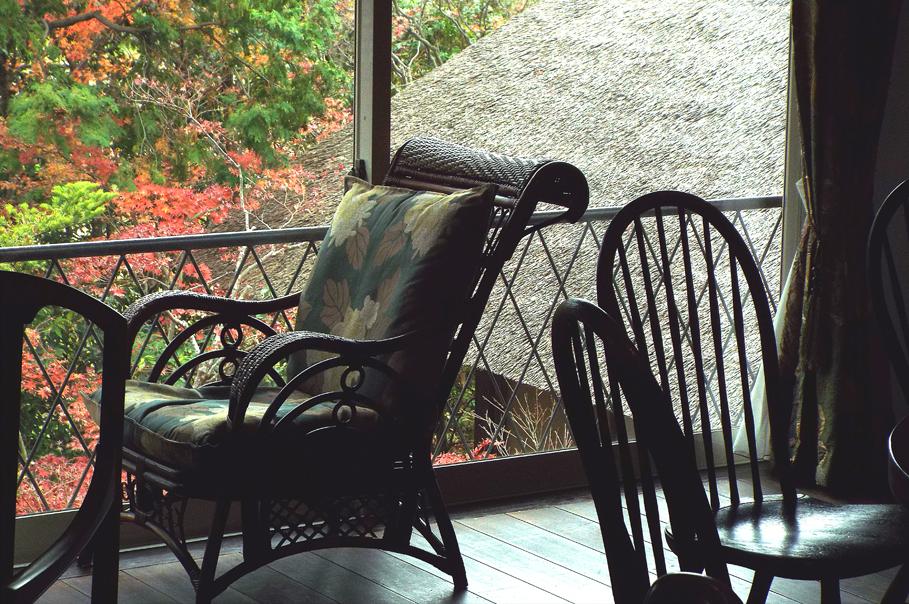 母屋の 2 階が展示スペースを兼ねた喫茶室になっています。この部屋の椅子テーブルや調度全般のインテリアは大変質が高く、喫茶のコーヒーカップやもてなし方もハ イレベルでとてもリラックスした気持ちになります。特に訪問時は、秋たけなわで窓外の情緒にしばし時を忘れる気分に浸らせてもらいました。